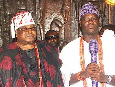 Oba Sikiru Kayode Adetona, the Awujale of Ijebuland (left) and Oba Adeyeye Enitan Ogunwusi, Ooni of Ife, during Ooni's royal visit to the monarch in Ijebu-Ode, 29 January 2016. (Image credit: Musilimu Aremu)