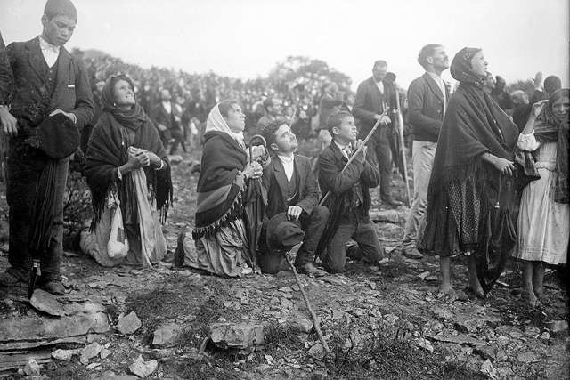 Crowds looking at the Miracle of the Sun, occurring during the Our Lady of Fatima apparitions. [Credit: CNA/Public Domain]