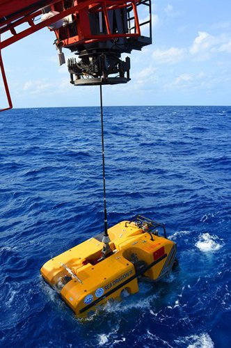 China's unmanned submersible Hailong III is put into the sea for a test from the vessel Dayang Yihao (Ocean No. 1), March 24, 2018. (Photo credit Xinhua)